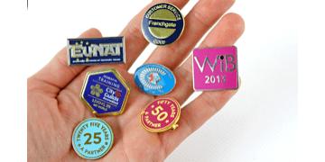 Badges éstampé avec émail synthétique